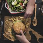 50:50-dieetillä herkuttelu on sallittua, kunhan muistaa lisätä ateriaan myös reilusti kasviksia.