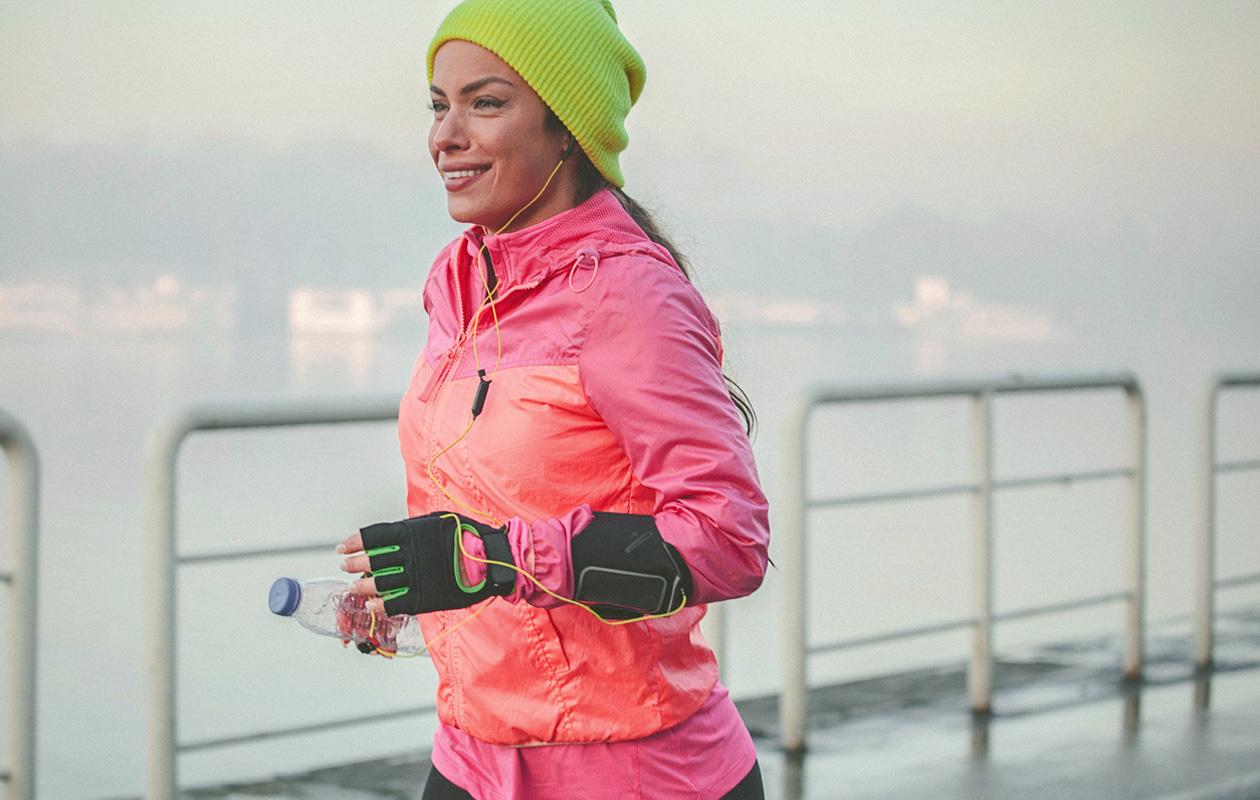 Puolimaraton: nainen juoksemassa.
