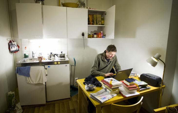 Petra ja Juha Hurme asuivat viikot kansallisteatterin vierasasunnossa Lemminkäinen-näytelmän harjoitusten ajan.