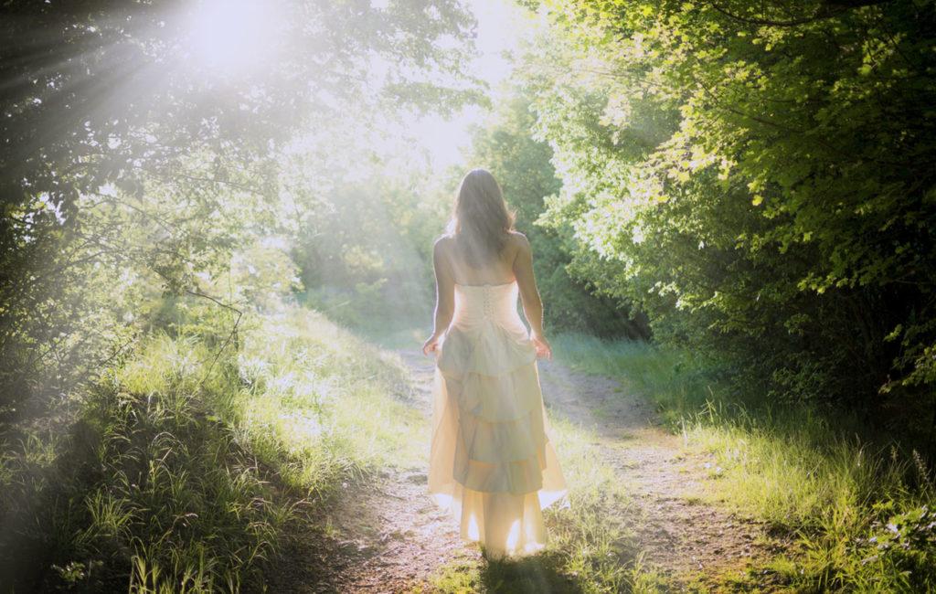 Ihmisten kuolenmanrajakokemukset sisältävät yhteisiä piirteitä, kuten kirkasta valoa ja rauhan tunnetta, mutta ovat silti ainutlaatuisia kokemuksia.