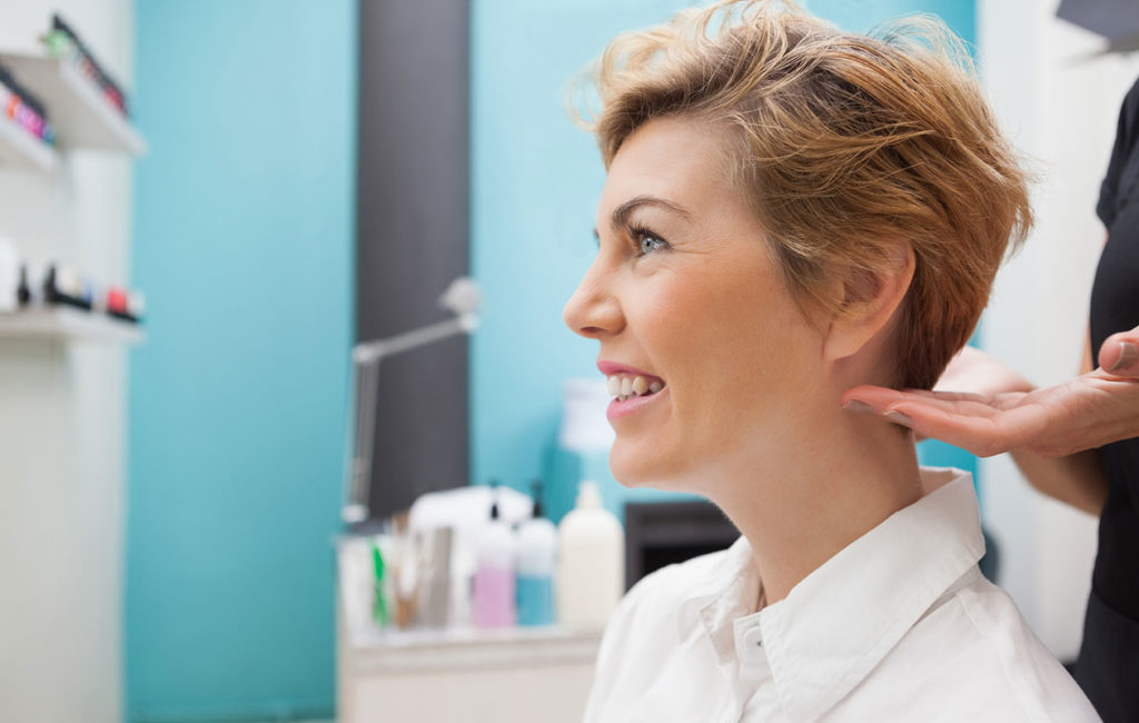 Lyhyistä hiuksista puhuttaessa tarkoitetaan yleensä hiusmallia, jossa hiukset jäävät leukalinjan yläpuolelle.