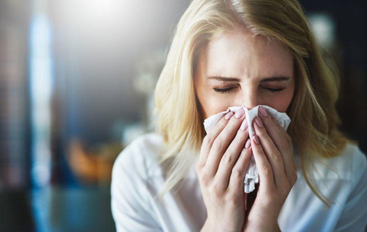 Nenän vuotaminen on tyypillinen siitepölyallergian oire.