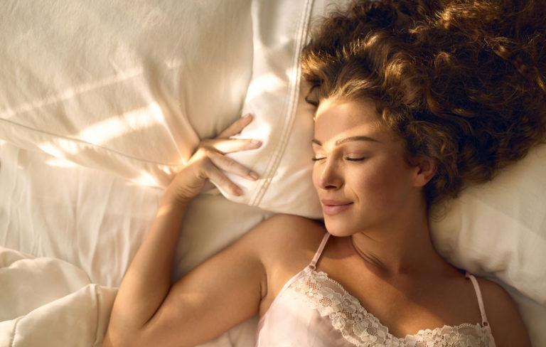 Nainen sängyssä