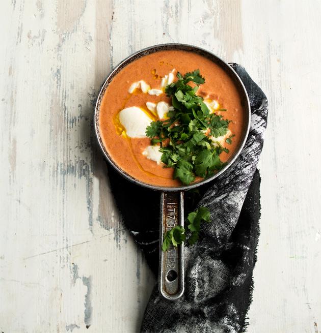 Currykastike saa silkkisen lisän tofusta.