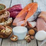 Muun muassa kalassa, kananmunissa, lihassa ja pähkinöissä on proteiinia.