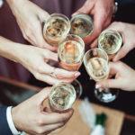Skoolaaminen onnistuu myös alkoholittomalla kuohuvalla.