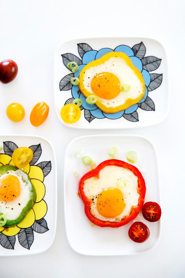 paprikarenkaissa paistetut kananmunat