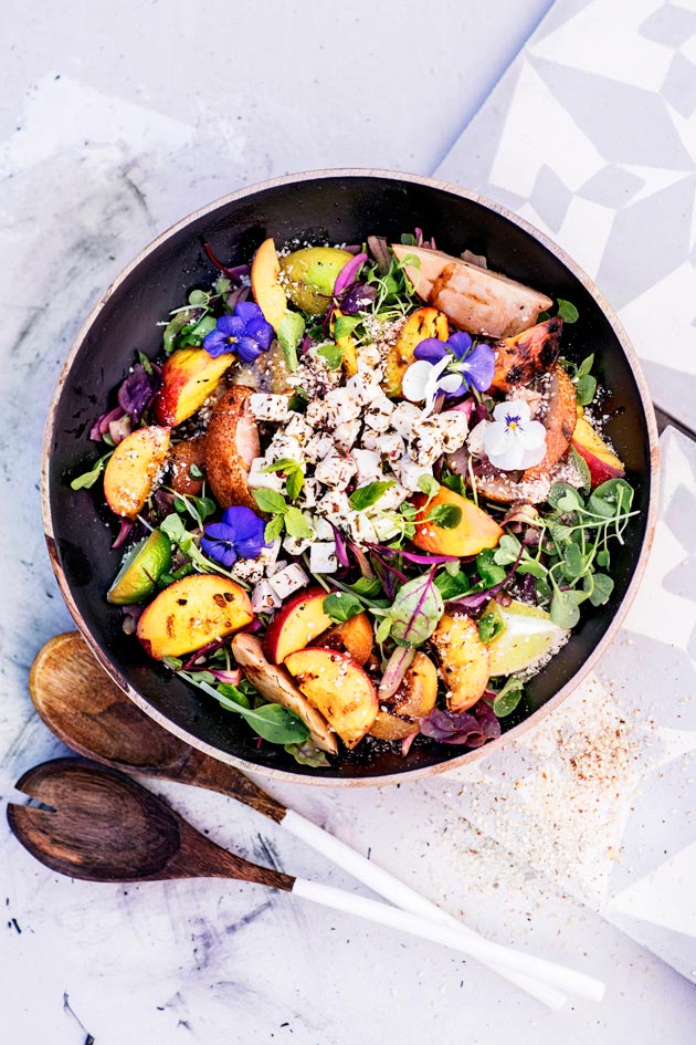 Griilifeta ja muut fetaherkut, kuten hedelmäinen feta-dukkahsalaatti. Katso reseptit tästä!
