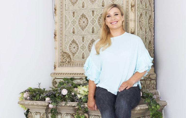 Kirsi Alm-Siira esittelee kotinsa helmet Kotiliesi-lehdessä.
