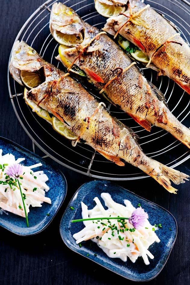 Kalan grillaaminen: yrtti-sitrustäytteiset grilliahvenet.
