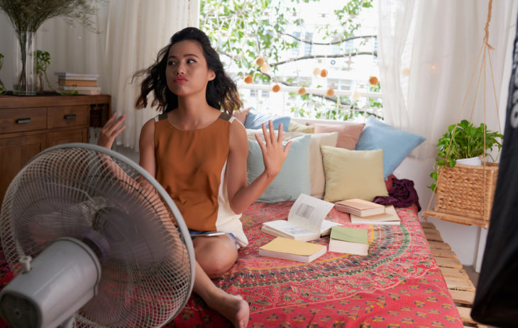 Onko kotonasi tukahduttavan kuuma? Näillä keinoilla saat asunnon viileäksi helteellä