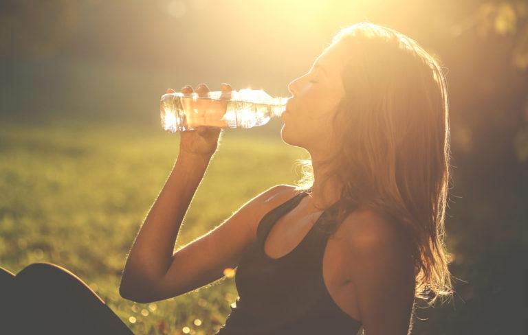 Juotko helteellä riittävästi vettä? Tunnista nestehukan oireet ja pysäytä lämpöuupumus ajoissa