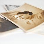 Elossa olevilta sukulaisilta voi kysyä apua vanhoissa valokuvissa olevien ihmisten tunnistamisessa.