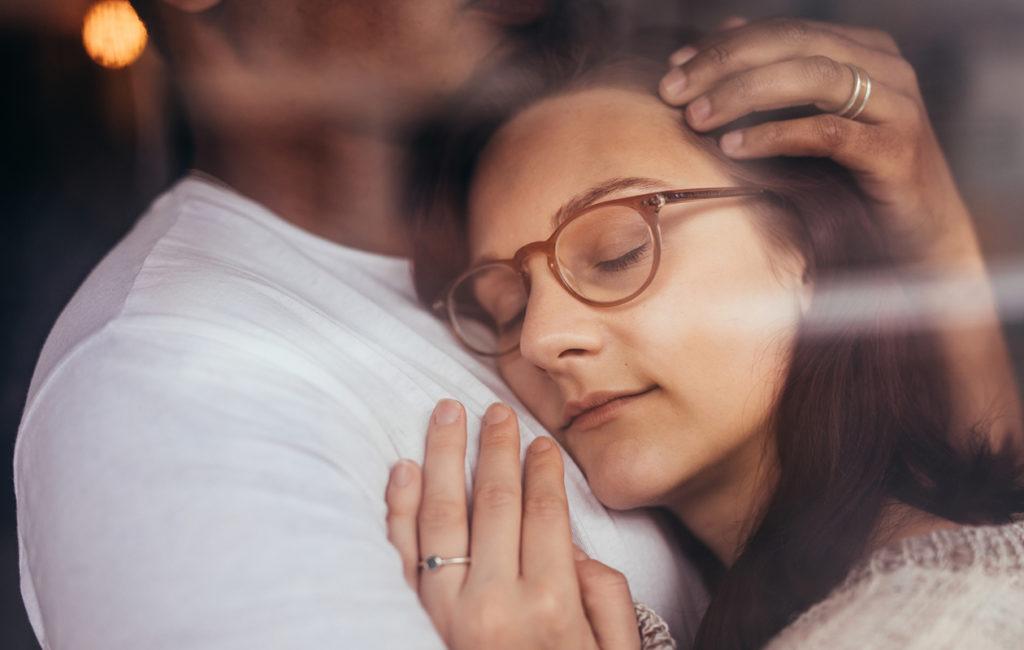Pitkään kestävä, hiljainen halaus on sanaton viesti rakkaudesta ja tuesta.