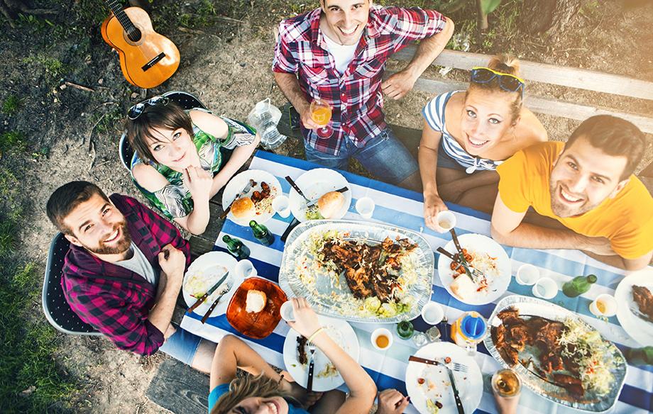 Suurin osa suomalaisista pitää kyläilystä ja vieraiden kutsumisesta kotiinsa – kunhan siitä sovitaan etukäteen.