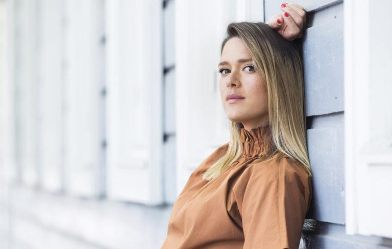 """Krista Kosonen julkaisi teininä kirjoittamansa kirjeen: """"Elämä piiskaa minua kasvoille säälimättä yhtään"""""""