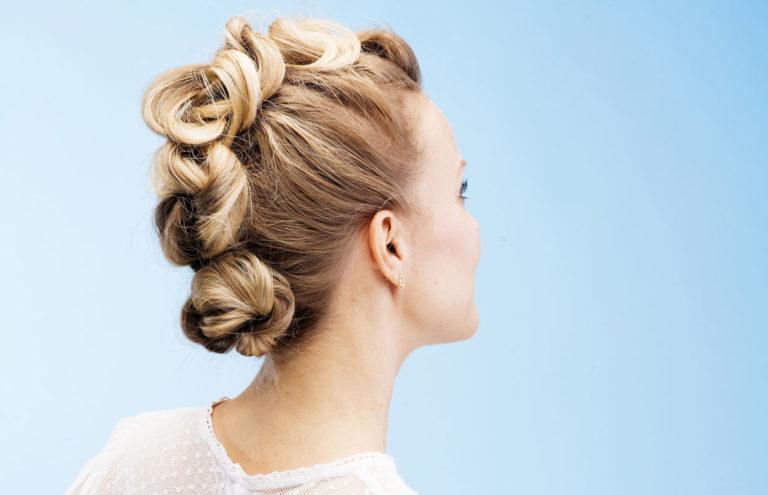 Solmukampaus syntyy solmimalla hiuksia ponnareiden avulla.