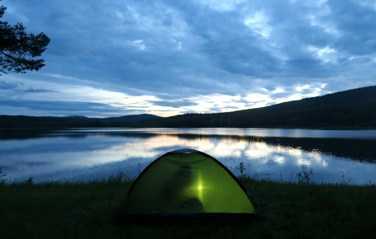 Nuku yö ulkona -tempaus kannustaa nauttimaan luonnosta ja jokamiehenoikeuksien suomasta mahdollisuudesta yöpyä ulkona.