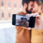 Tutkimusten mukaan onnelliset parit keskittyvät toisiinsa jatkuvan valokuvaamisen ja somettamisen sijaan.