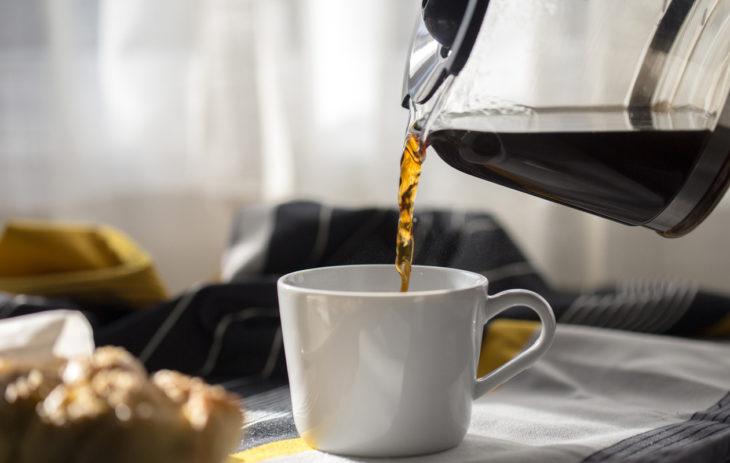 Kahvinkeittimen puhdistus etikalla ja ruokasoodalla