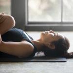 Kevyt jooga auttaa rauhoittumaan.