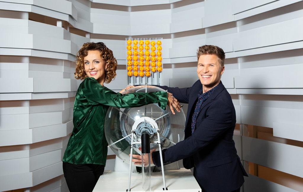 Uusina lottojuontajina aloittavat radiosta tuttu Suvi Hartlin sekä näyttelijä Tuukka Raitala.