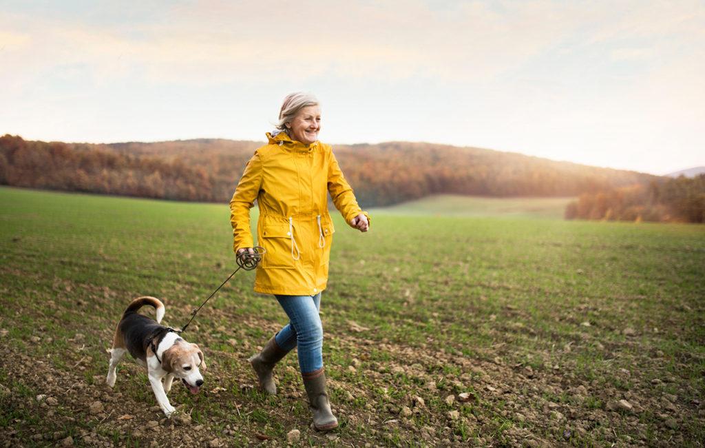 Rento kävelyllä käyminen voi tukea mielenterveyttä enemmän kuin hampaat irvessä treenaaminen.