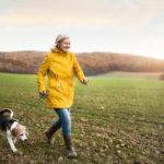 Pienellä virkistävällä kävelyllä käyminen voi tukea mielenterveyttä enemmän kuin hampaat irvessä treenaaminen.