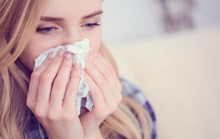 Nenäliina pitää laittaa roskiin sen jälkeen, kun siihen on aivastanut, yskäissyt tai niistänyt.