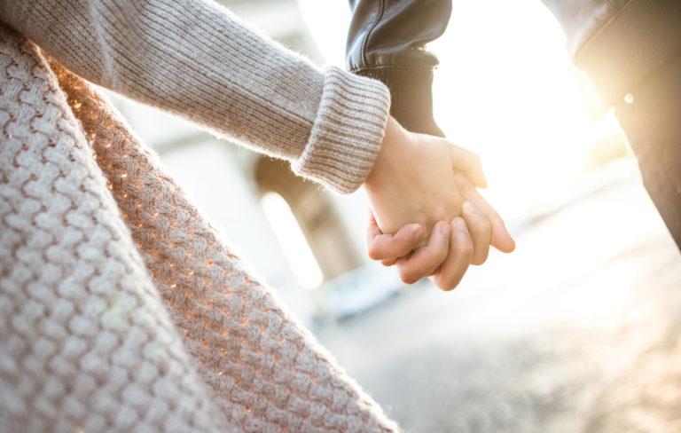 Miten kumppanisi pitää sinua kädestä