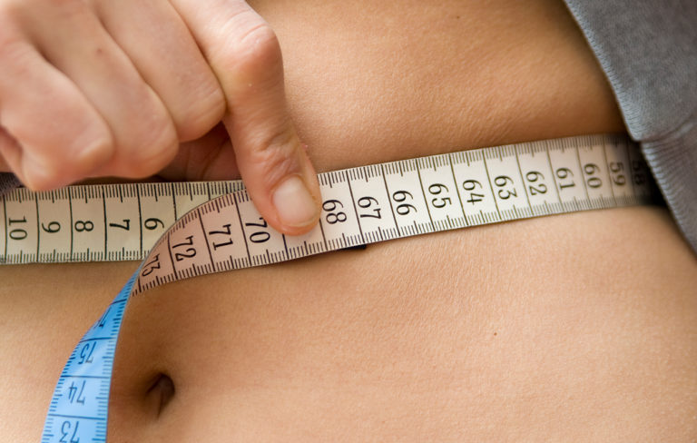 Vyötärönympärys kannattaa mitata. Suomessa vyötärönympäryksen riskirajaksi katsotaan yleensä naisilla 90 senttiä ja miehillä 100 senttiä.