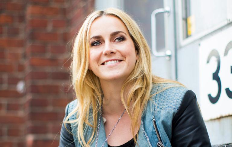 Iina Kuustonen on Syke-roolihahmoaan Iiris Ketolaa hymyileväisempi.