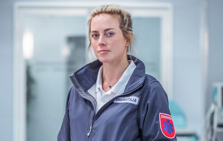 Iina Kuustonen näyttelee Syke-sarjassa sairaanhoitaja Iiris Ketolaa.