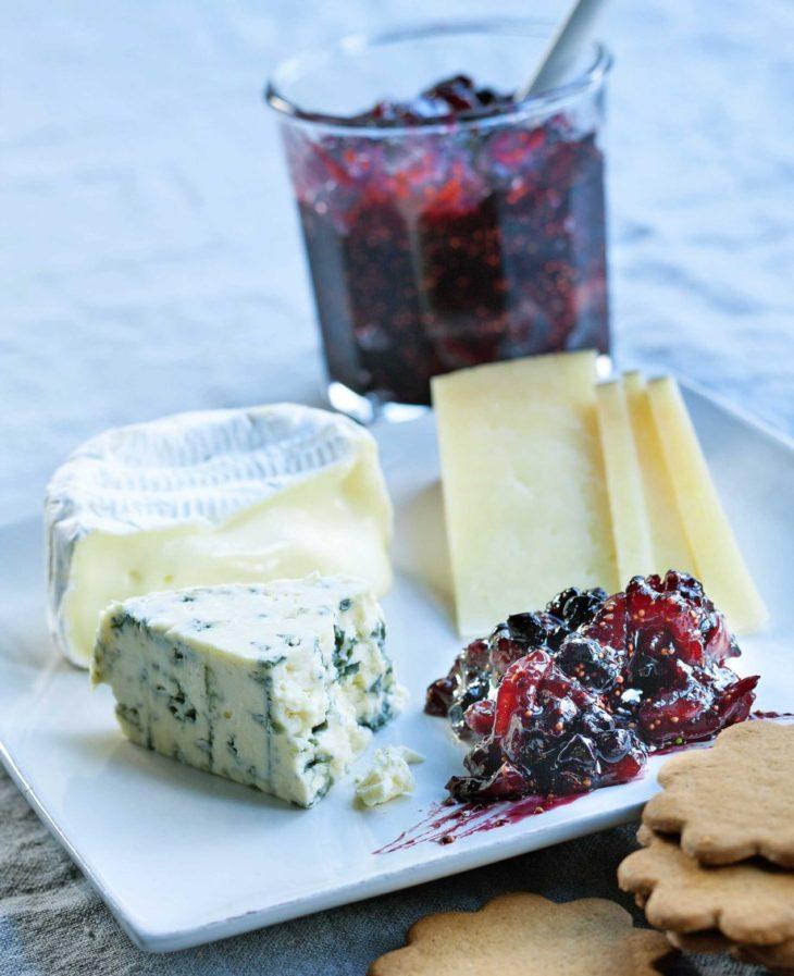 Viikuna-mustaherukkahilloketta ja juustoja