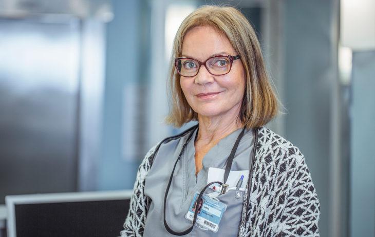 Lena Meriläinen näyttelee Syke-sarjassa apulaisosastonhoitaja Lenita Pakkalaa.