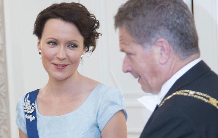 Presidentti Sauli Niinistö ja rouva Jenni Haukio. Linnan juhlat 2014 6.12.2014 © Pekka Nieminen/Otavamedia vaaleanlila