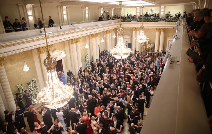 Linnan juhlissa karkeloiminen voi saada vatsan kurnimaan. Kuva: Matti Porre/Tasavallan presidentin kanslia