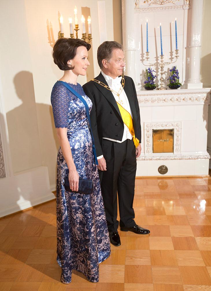 Vuoden 2012 Linnan juhliin Jenni puki ylleen sinivalkoisen muotiluomuksen. Kuva: OM-arkisto
