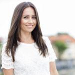 – Vaikka äitini tai kumpikaan isoäitini ei ole enää täällä, yritän jakaa eteenpäin heidän perintöään, Jaana Pelkonen kertoo Kotiliesi-lehdessä.