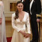 Sanna Marin saapui Linnaan puvussa, jota hän voi myöhemmin käyttää hääpukunaan.