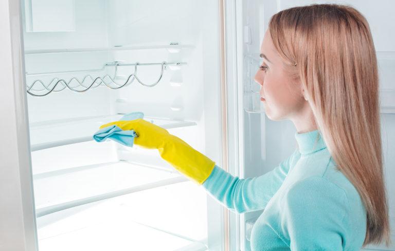 Jääkaapin puhdistaminen ei vaadi ihmeaineita.