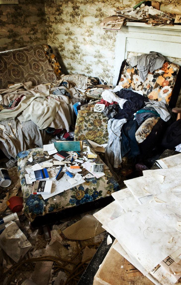 """hamstraajan eli """"hoardaajan"""" on vaikea pitää kotinsa järjestyksessä ja siistinä. Hamstraaja ei kutsu kotiinsa vieraita, koska kaaos hävettää, vaikka siivottomuuden keskellä elävä ihminen ei koe siivottomuutta lainkaan ongelmana"""