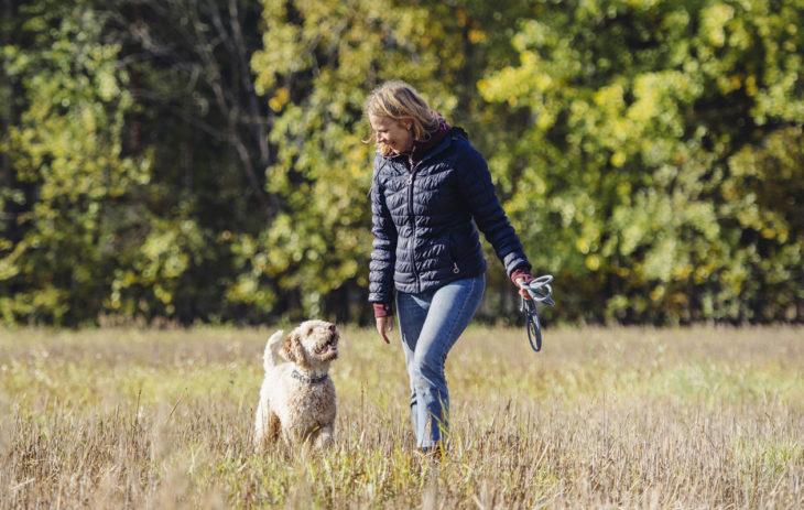 Koiran hankkiminen yllätti monella eri tavalla: kuvassa Tyyne Pennanen ja Huima.