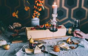 Juustolautanen kruunaa juhlapöydän. Kuva: Jenni Häyrinen.