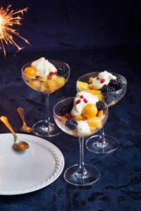 hedelmäsalaatti ja passionhedelmäkastike