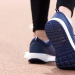 Takaperin käveleminen tuo takuulla vaihtelua tavalliseen tallustamiseen, mikä on hyödyksi niin keholle kuin mielelle.