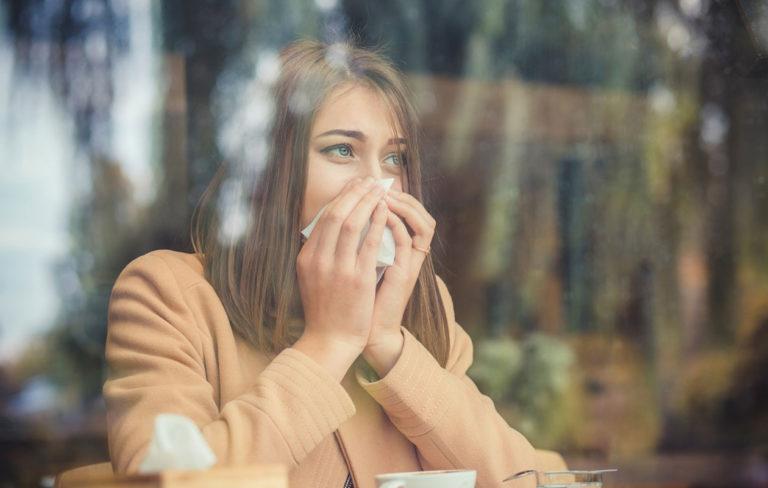 Nenän tukkoisuus syö voimia. Nuhaisuutta voi helpottaa muun muassa särkylääkkeen avulla.