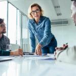 Huono esimies ei kuuntele, eikä kysy. Johtajan tärkein taito on osata kommunikoida työntekijöidensä kanssa.