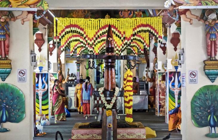 1827 rakennettu Sri Mariammanin temppeli on Singaporen hinduyhteisön suosiossa.