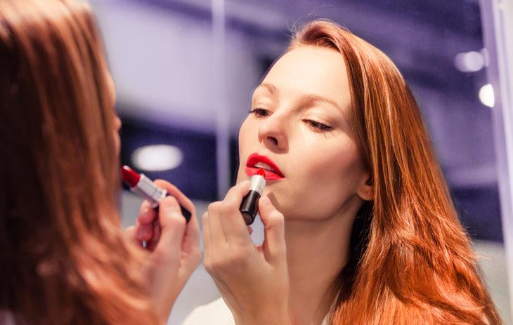 Punaiset huulet kielivät itsevarmuudesta. Mitä muuta suosikkimeikki voi paljastaa?